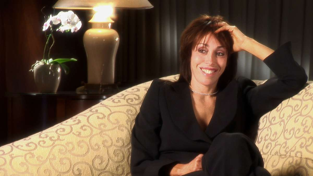 Heidi Fleiss smiling on couch
