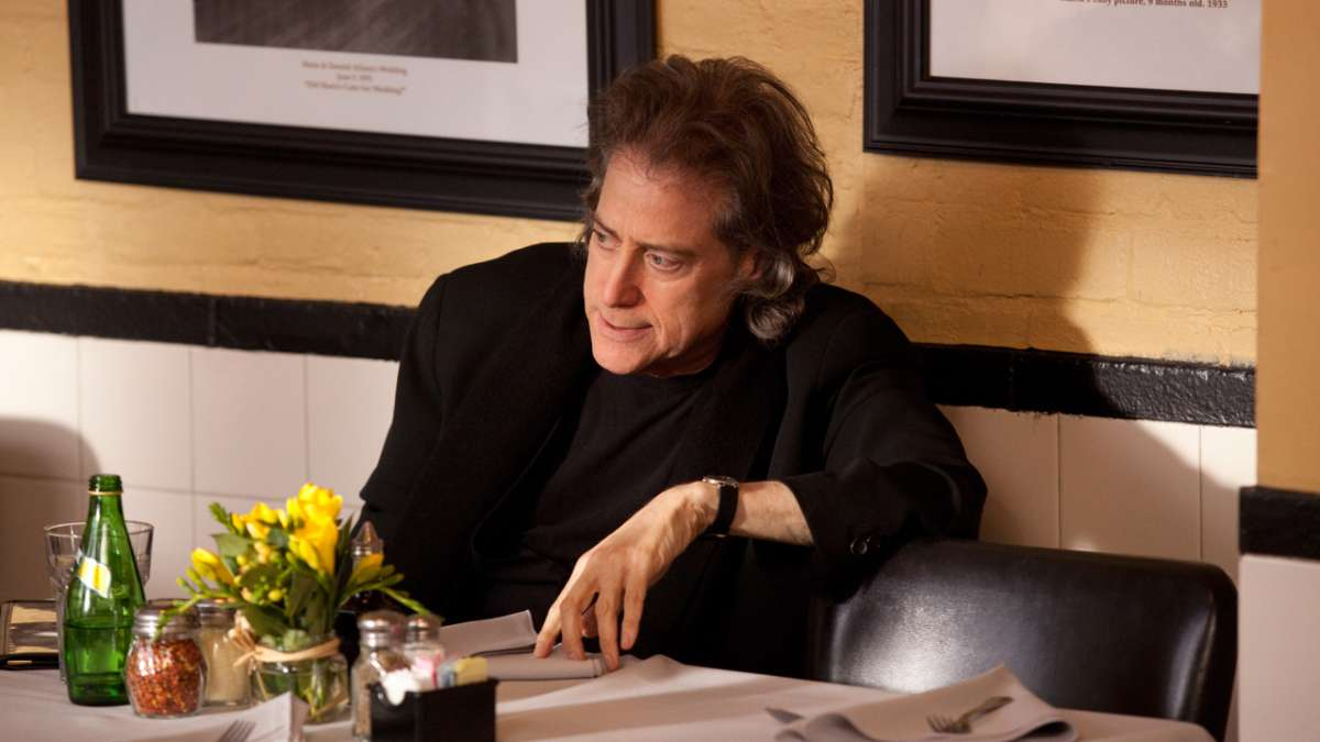 Richard Lewis in restaurant