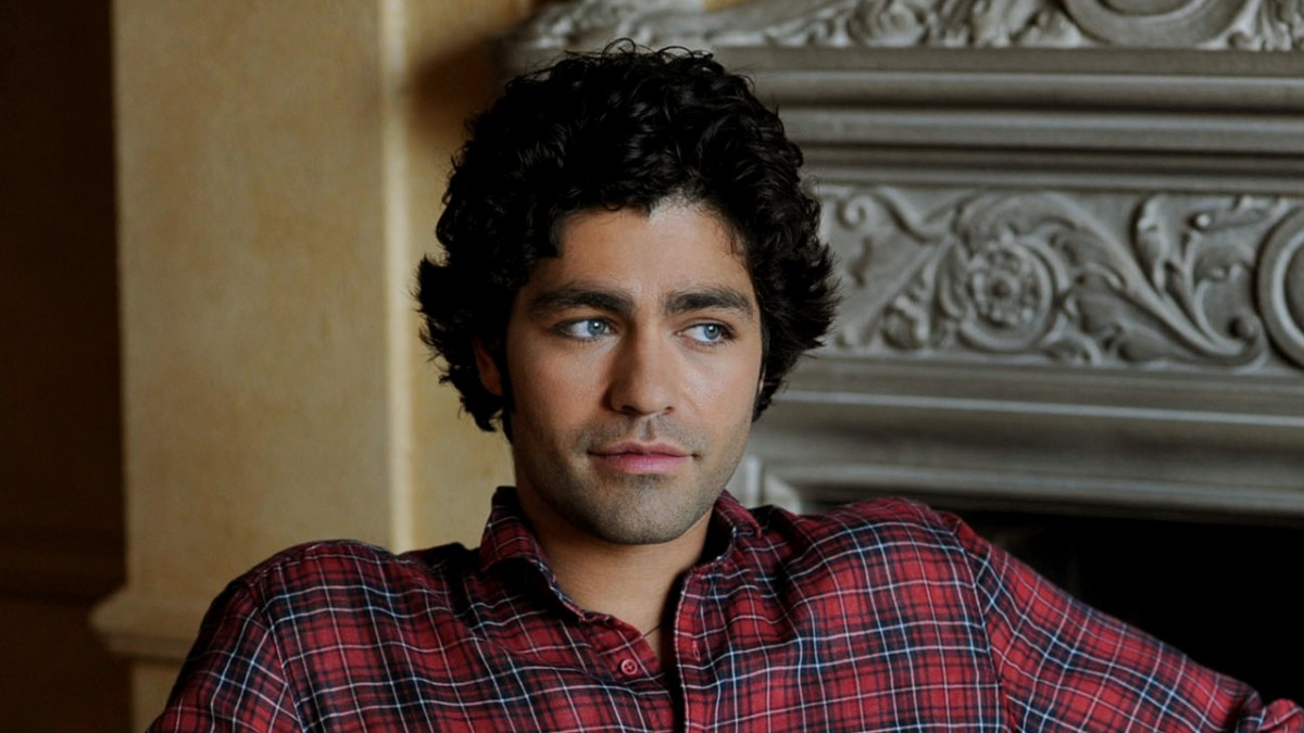 Vincent Chase looking over left shoulder on couch
