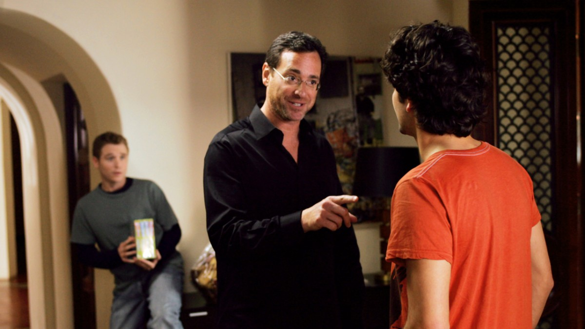 Bob Saget points to Vincent Chase Eric Murphy in back