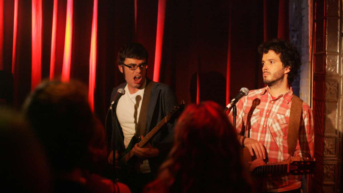 Jemaine and Bret perform in club