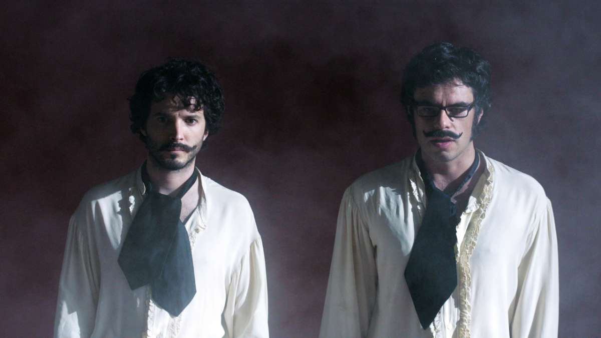 Bret and Jemaine in black scarves and fog