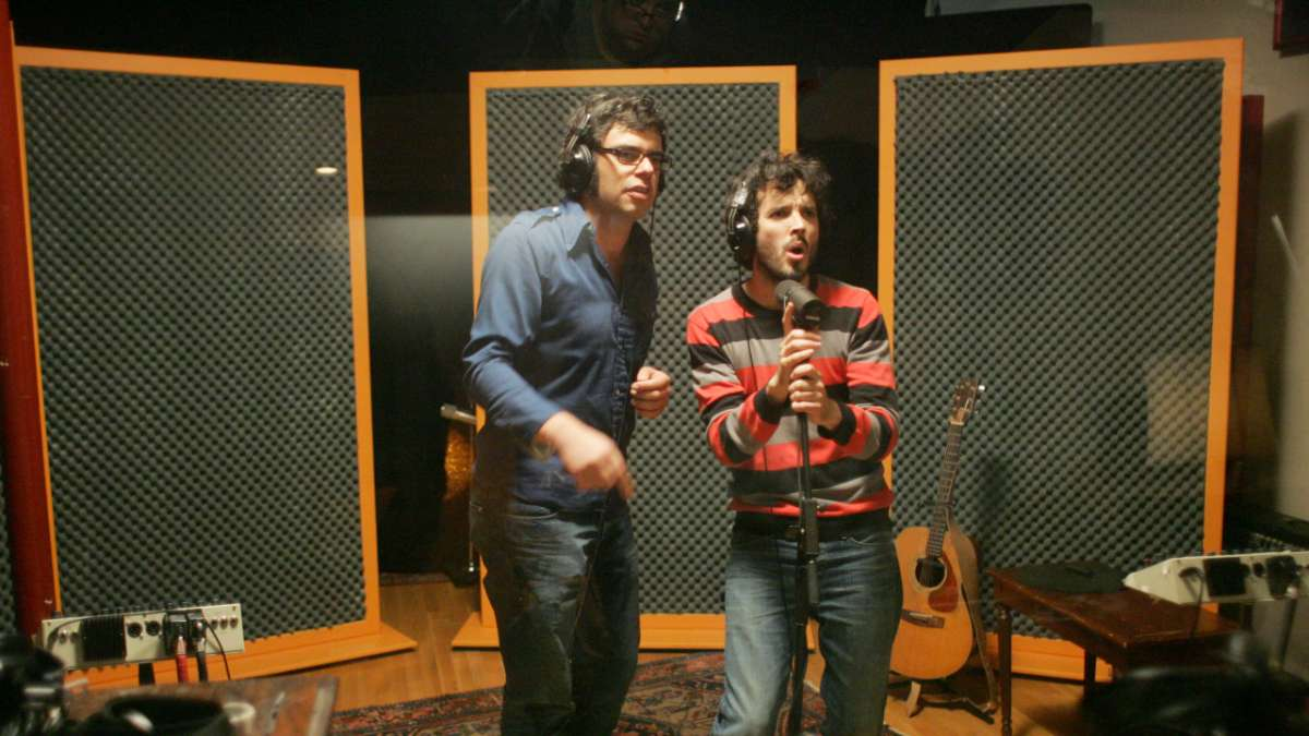 Jemaine and Bret sing in recording studio