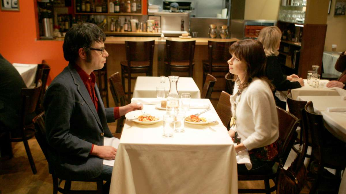 Jemaine has dinner with woman