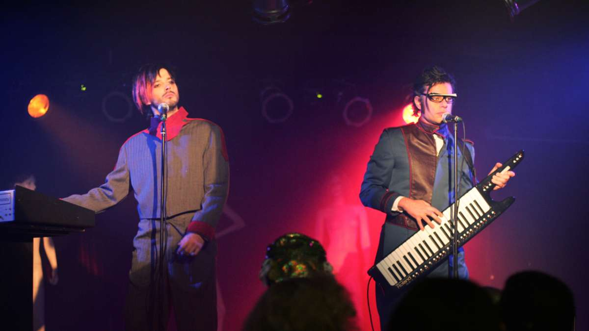 Bret and Jemaine perform in retro new wave outfits