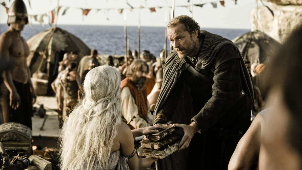 Ep01 Daenerys Jorah at wedding gift